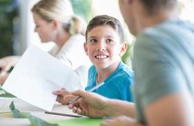 Junge macht mit Eltern seine Hausaufgaben