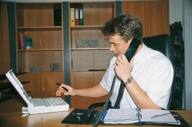 Junger Geschäftsmann am Schreibtisch