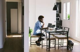 junger Mann im Home Office