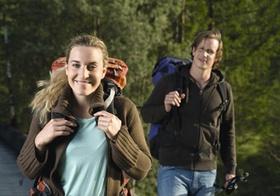 Junges Paar beim Wandern