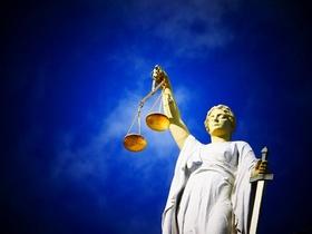 Justizia vor blauem Himmel