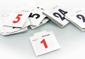 Kalenderblaetter auf Tisch