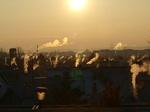 Kamine rauchen in der Abendsonne