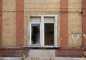 Kaputtes Fenster in alter Fabrikmauer
