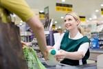 Kassiererin im Supermarkt