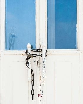 Kette vor verschlossener Tür