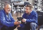 Kfz-Meister mit Lehrling in Autowerkstatt