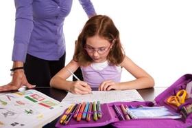 Kind am Schreibtisch lernt
