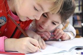 Kinder bei Schularbeiten