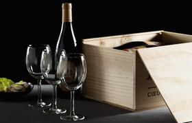 Kiste mit Wein und Weingläsern