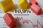 kleine Modellhäuser auf Werten zum Immobilienverlust