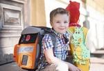 Kleiner Junge mit Schultuete und Schultasche