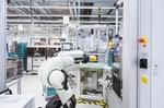 kleiner Roboter in Fabrik