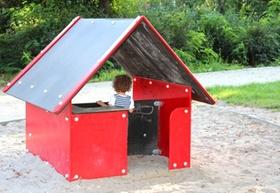 Kleines rotes Haus auf dem Kinderspielplatz