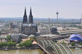 Köln Stadtansicht mit Dom Rhein Brücke und Fernsehturm
