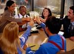 Kollege im Büro feiern: stoßen mit Gläsern an