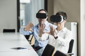 Kollegen arbeiten mit 3D-Brille im Büro