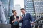 Kollegen benutzen Smartphone unterwegs