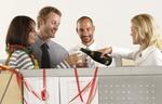 Kollegen trinken Sekt aus Plastikbechern