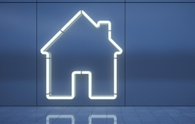 Konturen eines Hauses vor blauem Hintergrund
