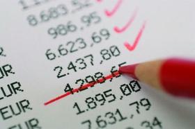 Roter Stift streicht Betrag von Rechnung
