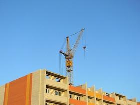 Kran Baustelle Mehrfamilienhaus bunt