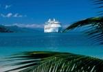 Kreuzfahrtschiff ankert in Bucht, Karibik, Palmenblaetter im Vgr.