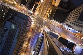 Kreuzung von oben in Großstadt am Abend