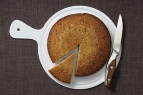 Kuchen und Kuchenstück auf Teller mit Messer