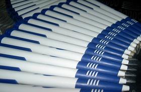 Kugelschreiber in Reihe angeordnet