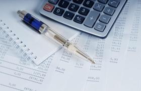 Kugelschreiber und Taschenrechner auf Rechnungen