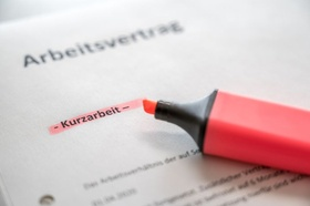 Kurzarbeit Arbeitsvertrag Textmarker