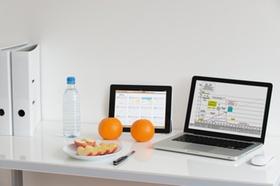 Labtop Tablett Obst auf Schreibtisch