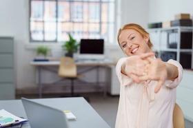 Lachende Frau im Büro