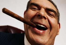 lachender Mann mit Zigarre im Mund