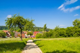 Landidylle Dorf im Hintergrund