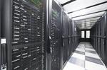 Langer Gang in Rechenzentrum mit Servern auf beiden Seiten
