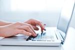 Laptop Frau tippt auf Tastatur