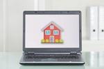 Laptop mit Haus auf dem Bildschirm