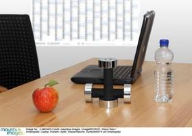 Arbeitsplatz, Laptop, Hanteln, Apfel, Wasserflasche, Symbolbild Fit am Arbeitsplatz