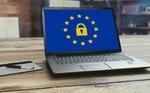 Laptop mit Sicherheitsschloss und EU-Zeichen - Datenschutz