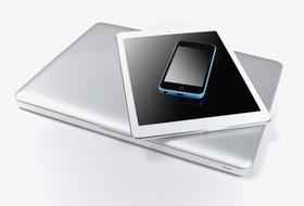 Laptop, Tablet, Smartphone liegen aufeinander