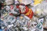 Leere Dosen in Plastiksäcken