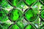 Leere grüne Flaschen in Regal