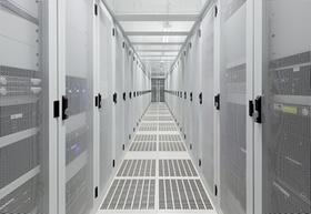 Leerer langer Gang in einem riesigen Serverraum