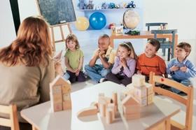 Lehrerin und Schulklasse am Tisch