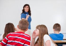 Lehrerin und Schulklasse von hinten