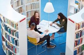 Lerngruppe in Bibliothek