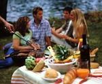 Leute beim Grillen am See, Tisch mit Beilagen