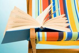 Liegestuhl mit Buch